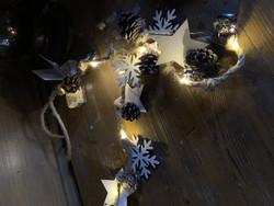 Jouluvalot, puisia joulkoristeita ja juuttinarua