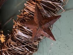Pienet, ruosteiset metallitähdet muotoiltavassa tikussa