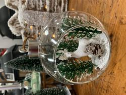 Lasinen avopallo nahkahihnassa, sisällä poro, Weiste joulukoriste