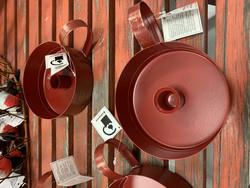 Puttipajan punainen metallinen kynttilänjalka, ns. yökynttiläjalka