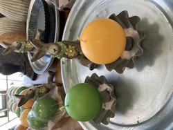 Puttipajan käsintehdyt, jalalliset pallokynttilät,2 kpl keväiset värit