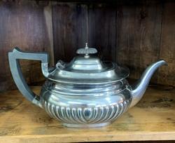Sheffieldin vanha, metallinen teekannu