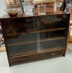 Vanha, lasiovellinen kirjakaappi 1940-luvulta, laatikot alhaalla