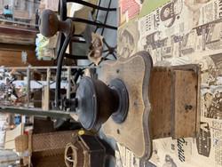 Vanha, patinoitunut,kauniisti muotoiltu kahvimylly