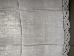 Vanha, valkoinen, piparkakkureunainen pellavaverho pikkuikkunaan