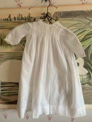 Pienen tytön valkoinen, pitkä mekko 1900-luvun alun Gevestä