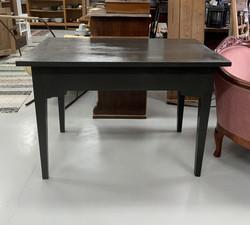 Vanha pöytä, rouhea tummanharmaa, lähes musta maali pinnassaan