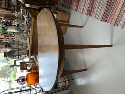 Vanha, tumma puolipyöreä pöytä