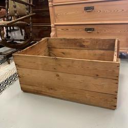 Suuri puinen laatikko pikkupöydäksi parvekkeelle tai kukkien alle