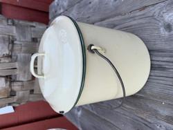 Vanha emalinen kahden litran maitokannu, kerman värinen vihrein terein