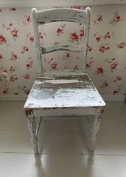 Kaunis, patinoitunut puinen tuoli, antiikkia