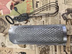 Vanha käsinveivattava metallivatkain, ihanaa keittiörekvisiittaa