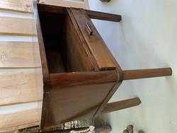 Vanha radiopöytä laatikolla, vanha laatikollinen pieni pöytä, yöpöytä
