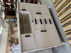 Upea, vanha, valkoinen keittiönkaappi, ylhäällä alkuperäiset lasiovet
