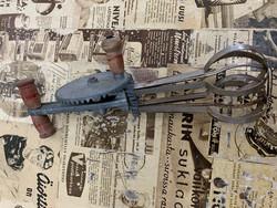 Vanha patinoitunut veivattava käsivatkain, pyörii kuitenkin