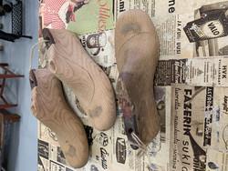 Hyväkuntoinen, vanha, puinen kenkälesti metallipohjalla, koko 4,5