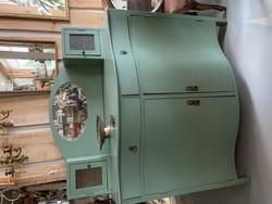 Pieni, vihreäksi maalattu vanha peilipiironki