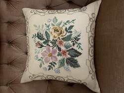 Vanha, kaunis, hyväkuntoinen käsintehty tyyny, kukkakoristeinen tyyny