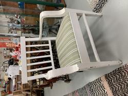 Vanha, valkoinen, käsinojallinen tilava puutuoli, vanha tukeva tuoli