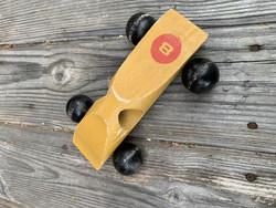 Vanha puinen kilpuri, kilpa-auto, vanhat lelut