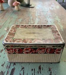 Vanha suloinen pieni peltirasia, kannen saranat kunnossa, ruusuinen
