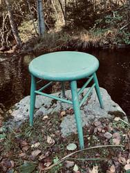 Vanha, vihreä puinen jakkara, pyöreäistuiminen selkänojaton tuoli