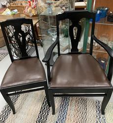 Vanha, mustaksi maalattu käsinojallinen tuoli
