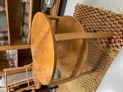 Vanha, pyöreä pöytä lehtihyllyllä, vanhat huonekalut, sohvapöytä