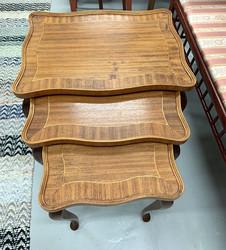 Vanha, kaunismuotoinen, kolmiosainen ruskea sarjapöytä