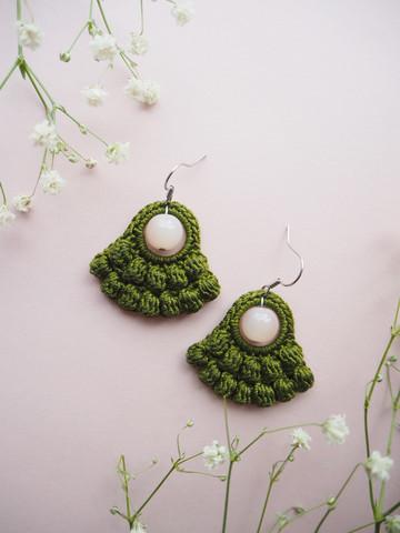 Helmis-virkatut korvakorut, väri oliivi