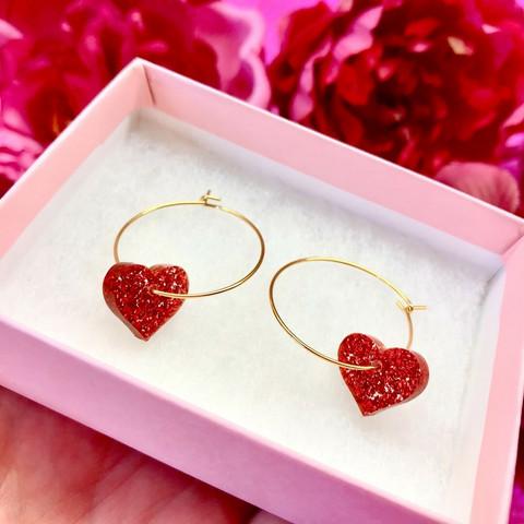 Punaiset MINI HEART -glitterkorvakorut renkaalla