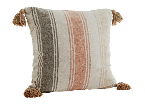 Raidallinen tyyny tasseleilla, väri hiekka-oranssi. 60 x 60 cm.