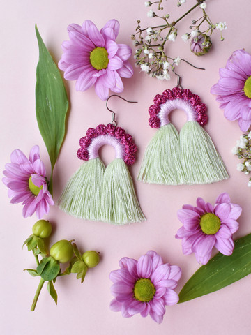 Riemukaari-korvakorut. Vaaleanvihreä-glitterpinkki-liila