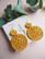 Hyrrä-virkatut korvakorut, väri sinappi