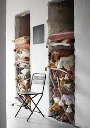 Raidallinen tyyny tasseleilla, väri koralli. 40 x 60 cm.