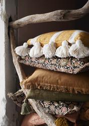 Raidallinen tyyny tasseleilla, väri hunaja. 40 x 60 cm.