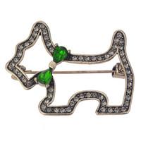 Rintakoru koira vihreällä rusetilla
