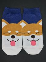 Pystykorva näyttää kieltä sukat