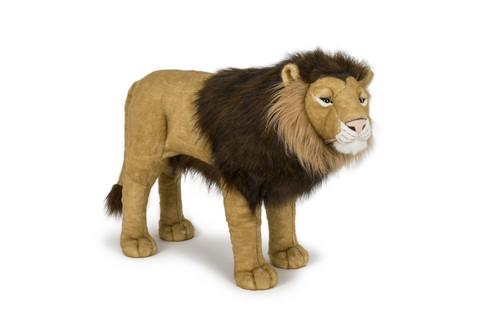 Iso jaloillaan seivova leijona