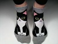 Mustavalkokissa sukat