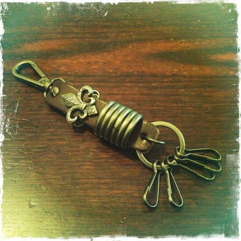 Nahkainen avaimenperä metallikoristein