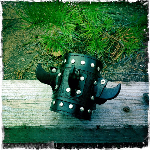 Bracer with leather claws, black