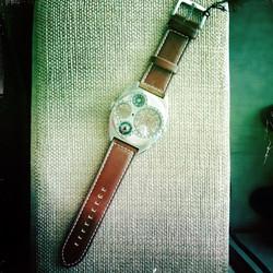 Erikois ilmailijan / Steampunk / Tulevaisuuden tyyliin tehty kello useilla kelloilla ja kompassilla.