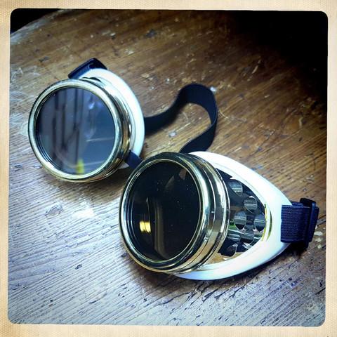 Erikoisväriset gogglesit, kultaväri
