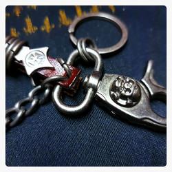 Nahkainen avaimenperä metallikoristein kallolla