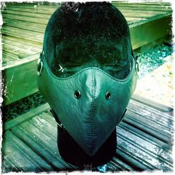 Keinonahkainen maski, musta