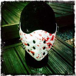 Keinonahkainen maski niiteillä ja veritahroilla, valkoinen