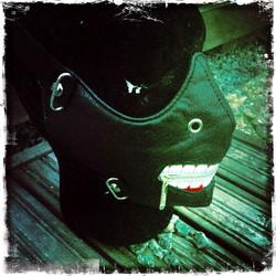 Keinonahkainen maski koristein, musta