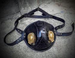 Steampunk tyylinen maski messinkisin avattavin luukuin Musta tai Ruskea