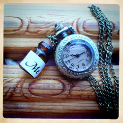 Small battery pocket watch with Drink Me small bottle